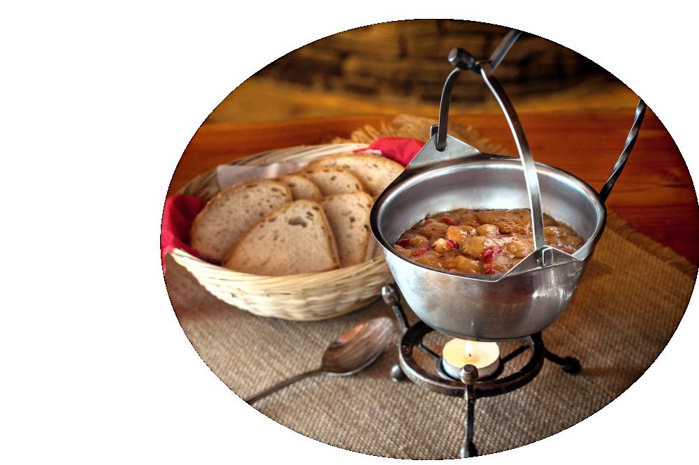 Przysmak zbójnicki (mięso wołowe) podawany w kociołku z pieczywem