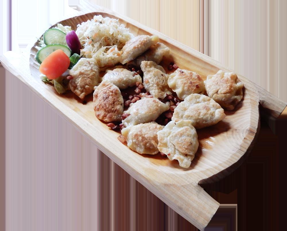 Pierogi ruskie z wody lub odsmażane na patelni, podawane z kapustą zasmażaną, okraszane skwarkami (12 szt lepionych przez nasze gaździny)