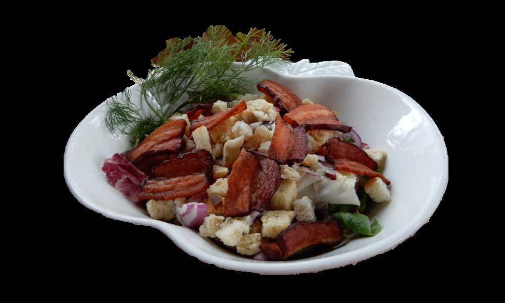 Sałatka z wędzonym boczkiem i grzankami - mix sałat, świeży ogórek, rzodkiewka, świeża papryka kolorowa, cebula czerwona, chipsy z wędzonego boczku, grzanki, sos jogurtowy.