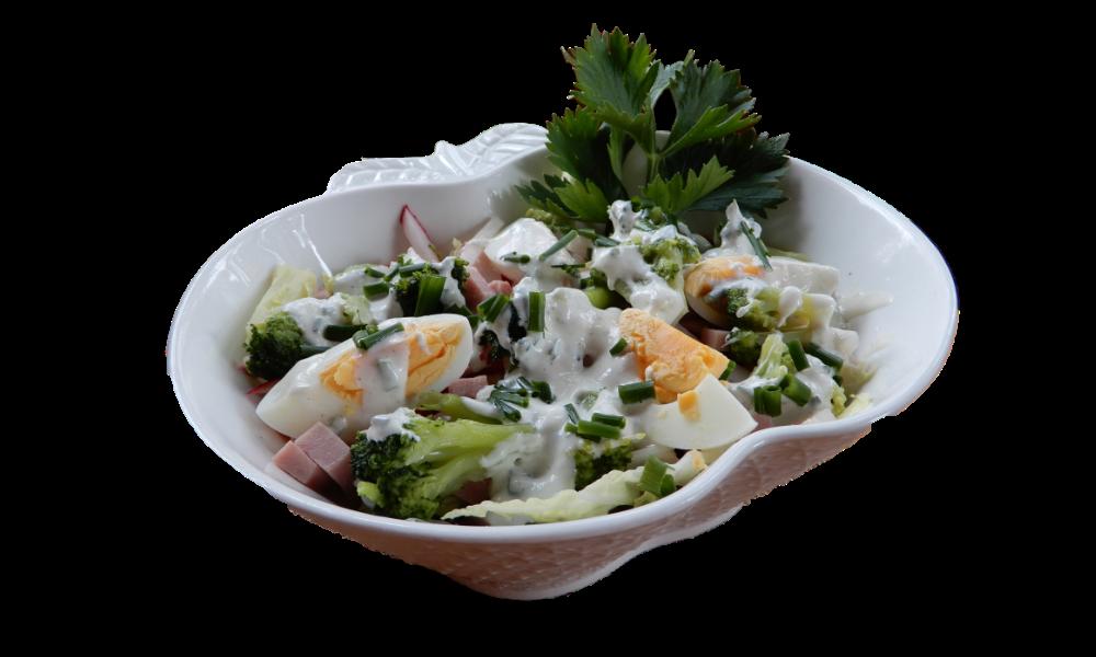 Sałatka brokułowa z szynką i jajkami - brokuły, kapusta pekińska, papryka kolorowa, rzodkiewka, jajko gotowane, szynka, szczypiorek, sos jogurtowo-majonezowy